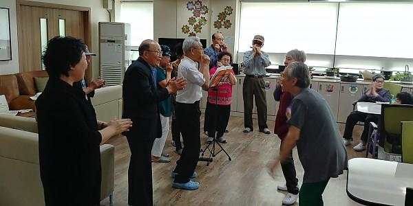 데이케어센터 하모니카 연주