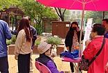 주민들과 이야기를 나누는 사진